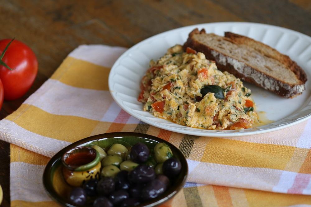 Strapadsada (grieks roerei) met groenten