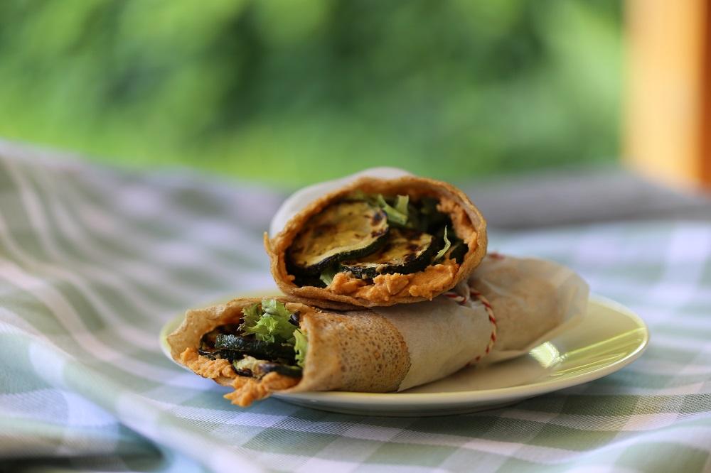 Boekweit flensjes met gegrilde groenten en pittige hummus