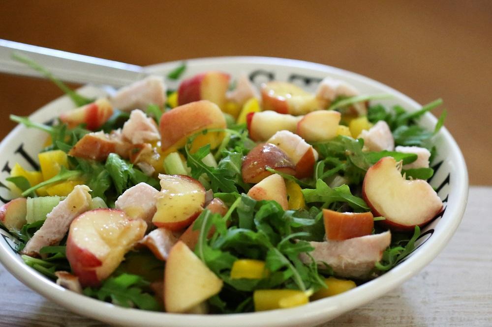 Gerookte kip met wilde perziken salade
