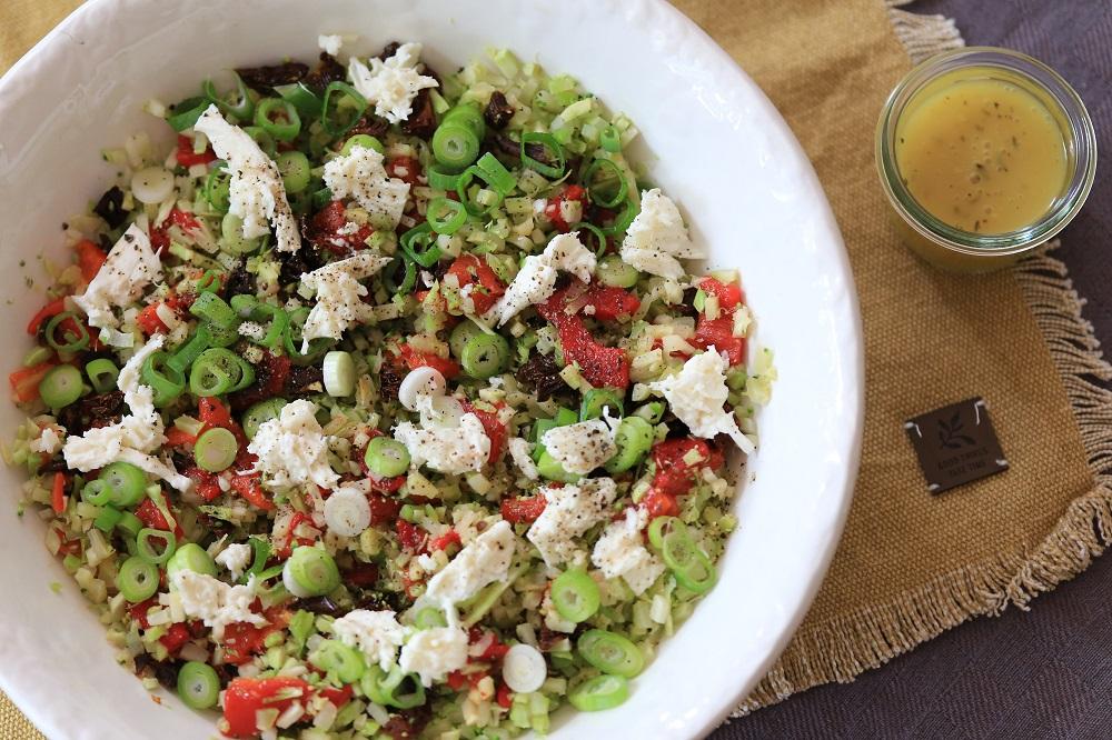Broccolirijst salade met paprika en tomaatjes