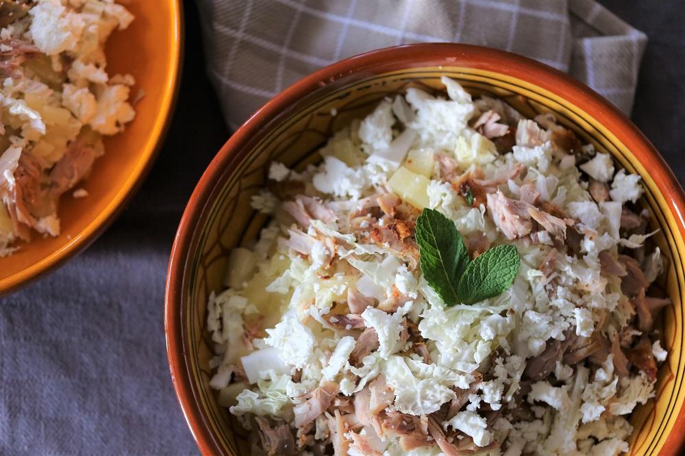Chinese kool salade met gegrilde kip en ananas