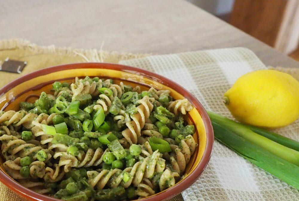 Pastasalade salsa verde met groene groenten